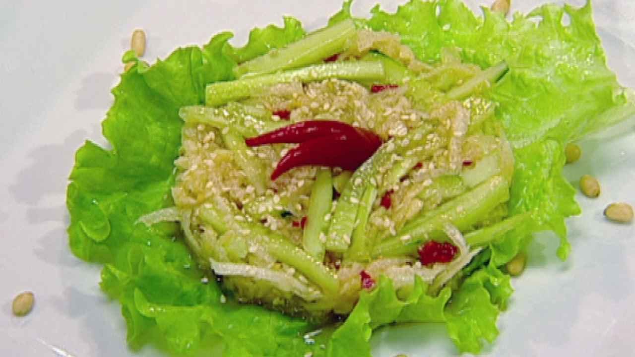 Салат с дайконом и огурцами