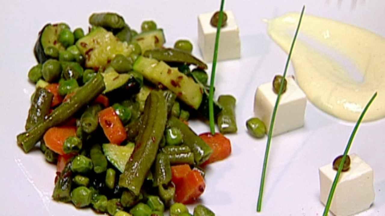 Тёплый салат из цукини и бобовых
