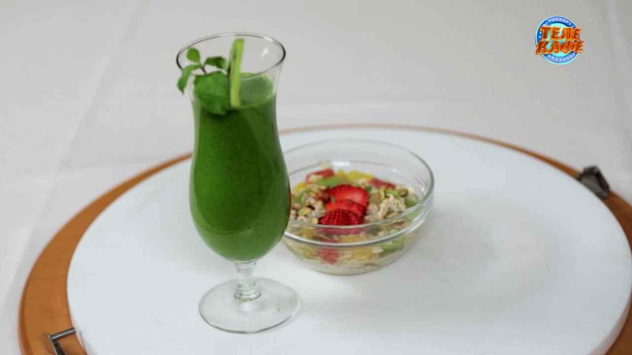 «Зелёный»смузи и овсянка без варки с фруктами и орехами