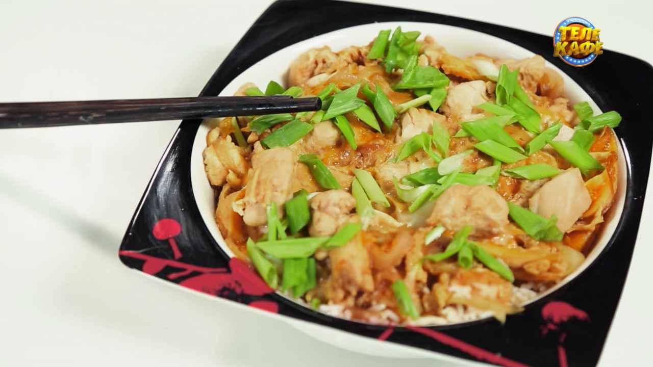 Оякидон:омлет с курицей, соевым соусом и зелёным луком