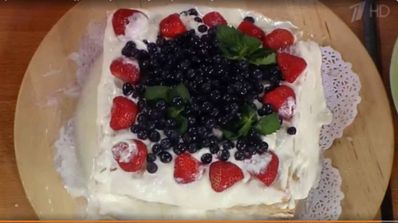 Торт со сгущённым молоком и ягодами