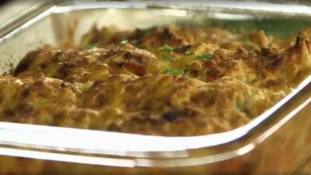 Запечённый картофель с колбасой, сладким перцем и сыром