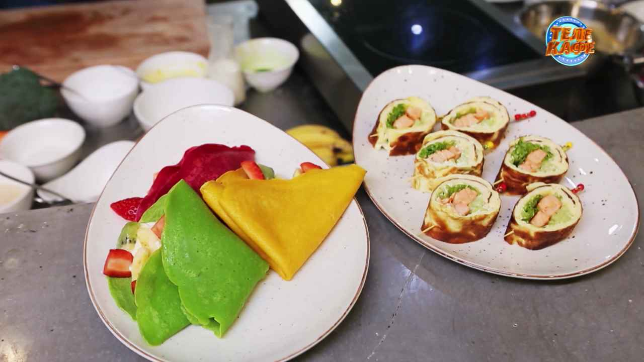 Ролл из омлета с лососем и разноцветные блины со сладкой начинкой