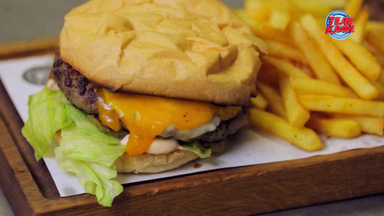 Чизбургер с моцареллой и чеддером