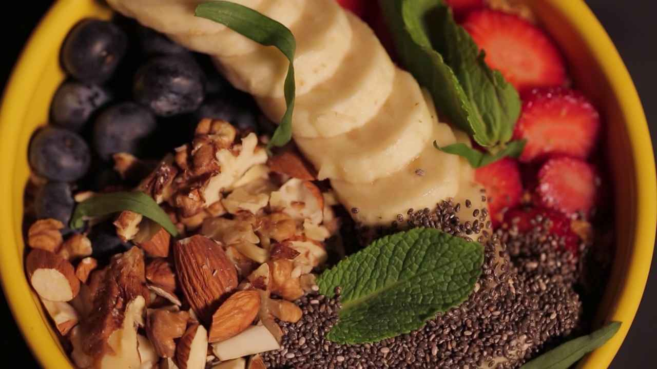 Гранола с ягодами и фруктами