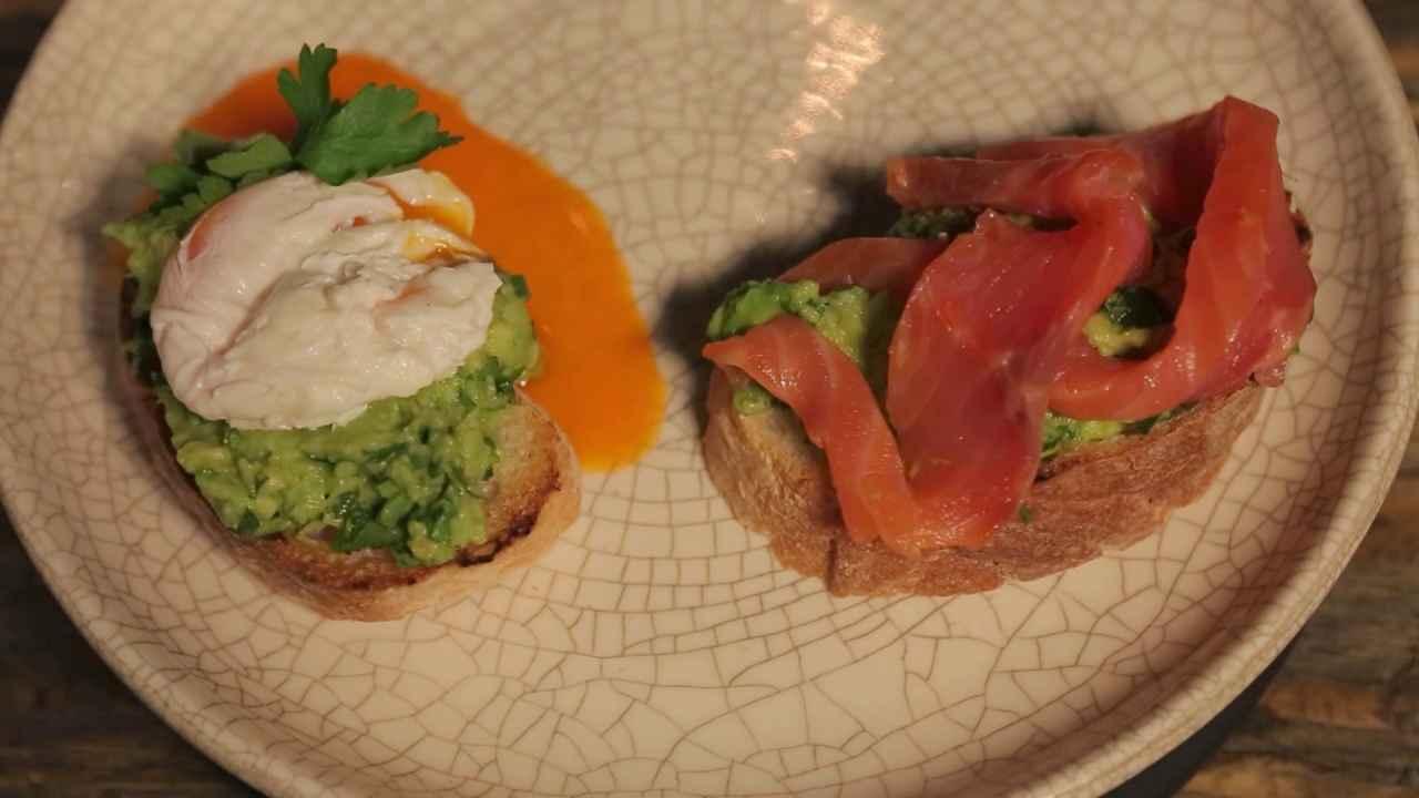 Белый тост с яйцом пашот, лососем и соусом гуакамоле