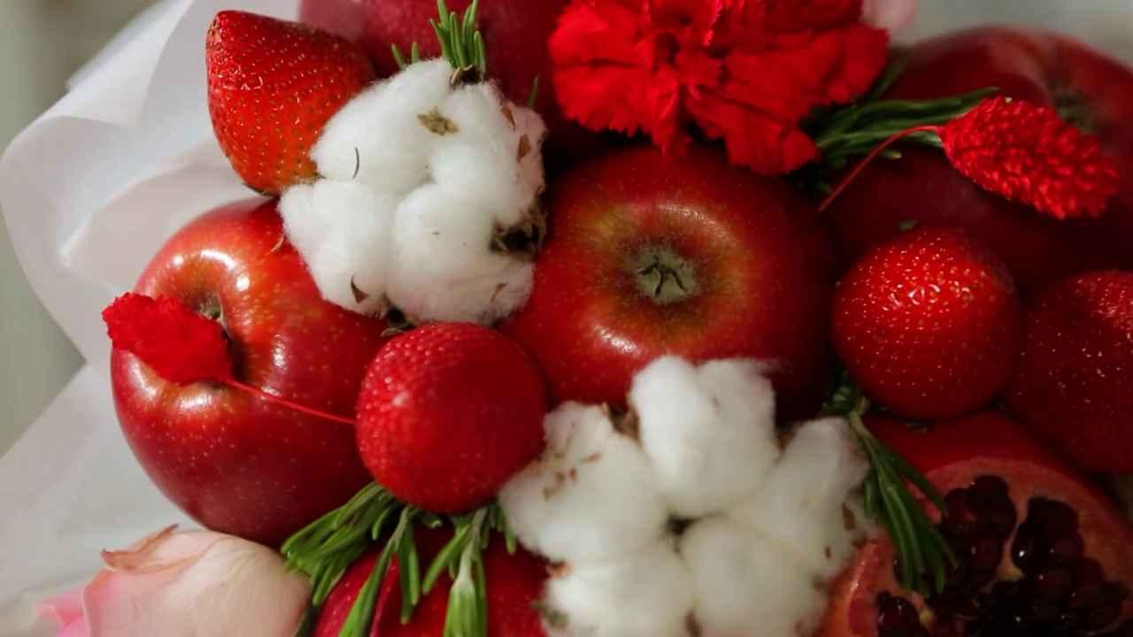 Букет из красных фруктов