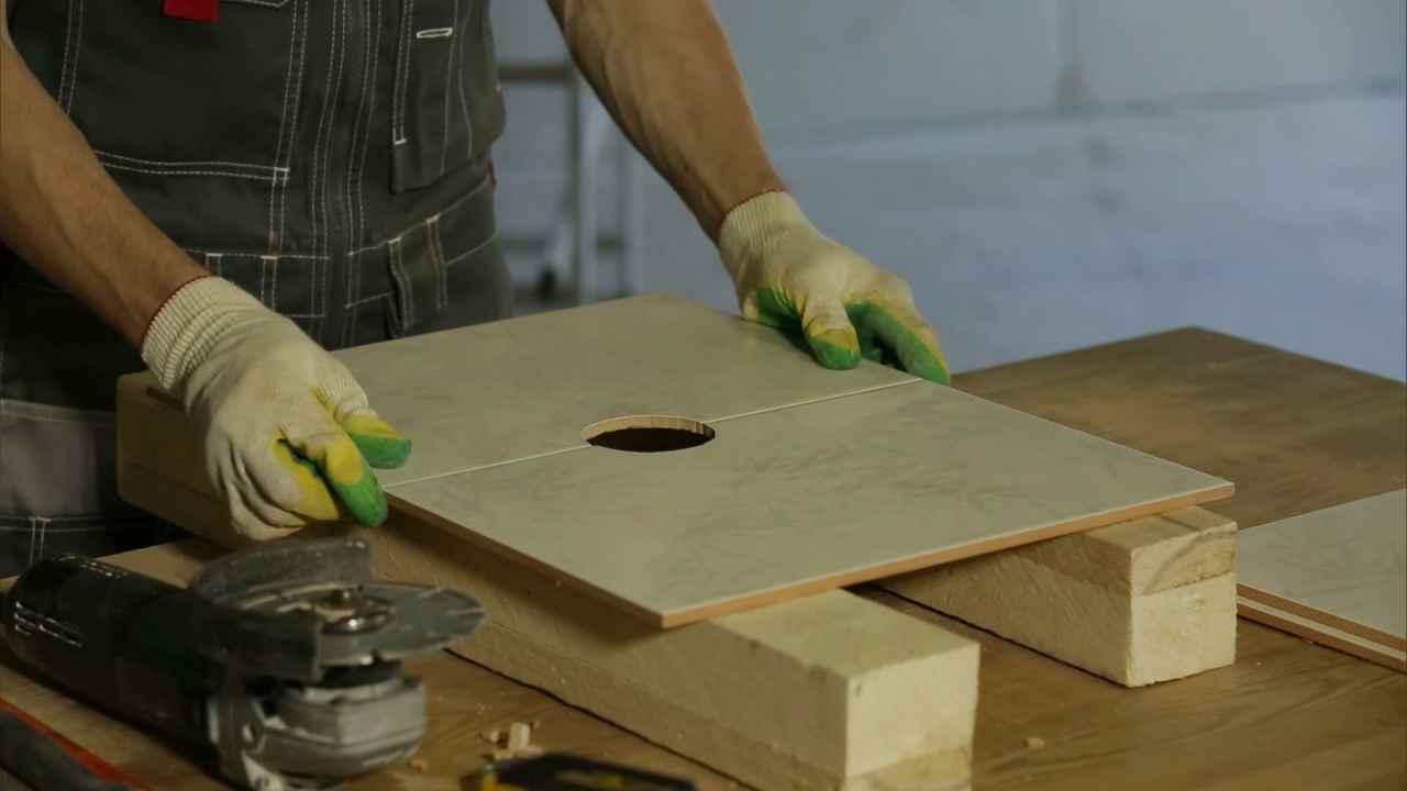 Делаем отверстие под розетку на стыке плиток