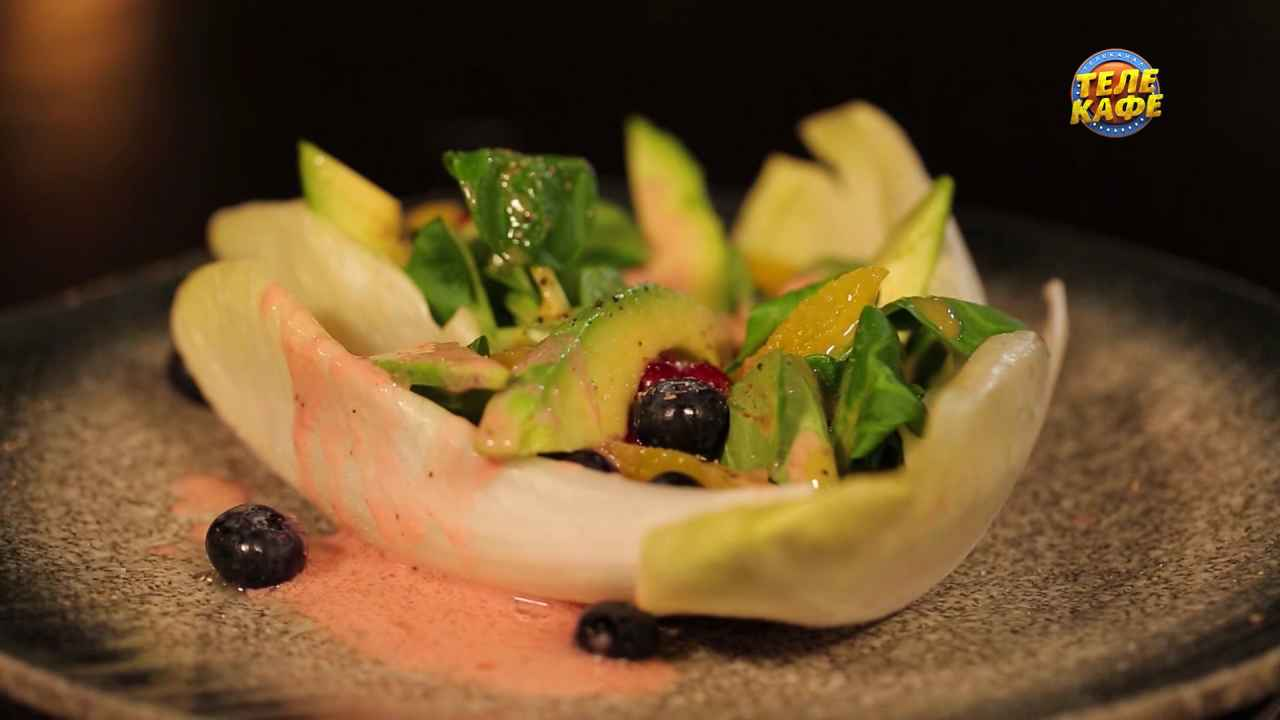 Фруктовый салат с клубничным майонезом