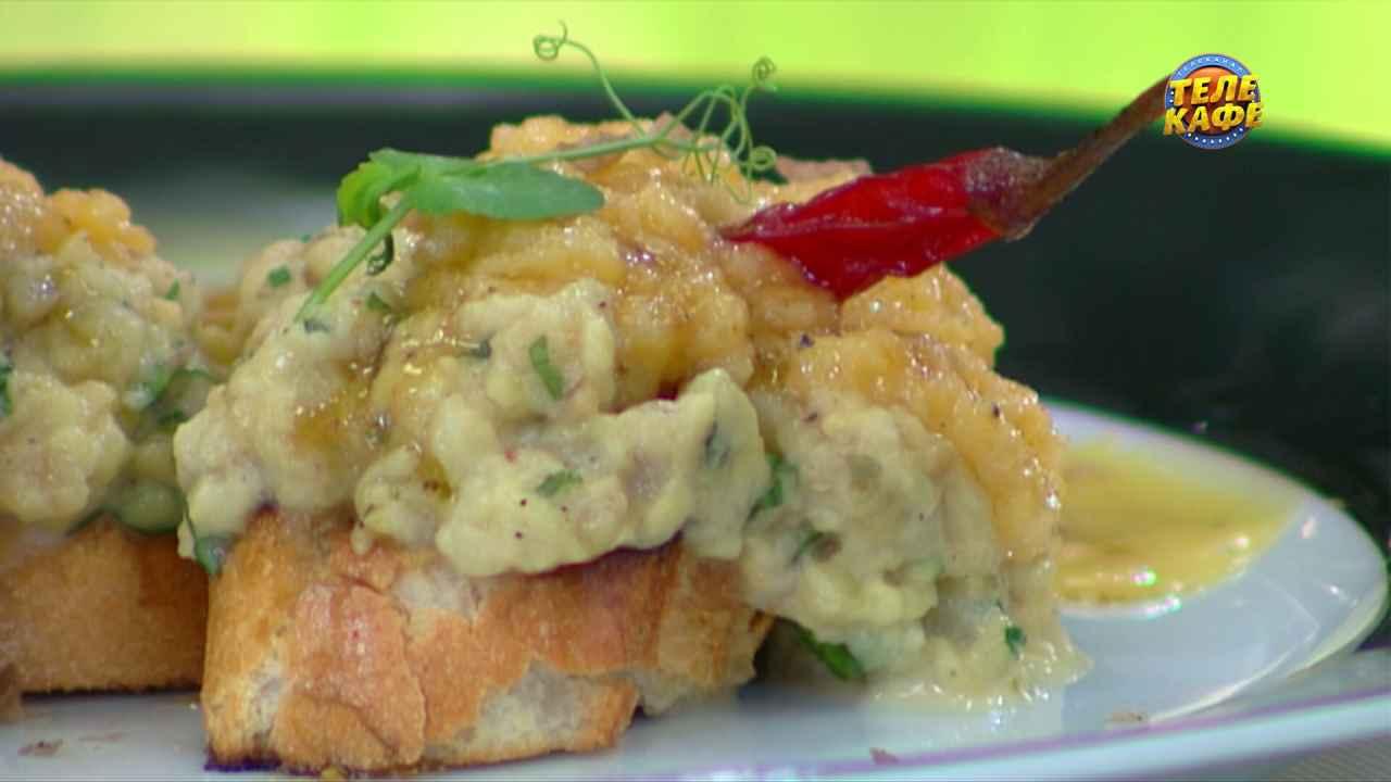 Тапас с пастой из печёного баклажана, омлетом и конфетами из фуа-гра