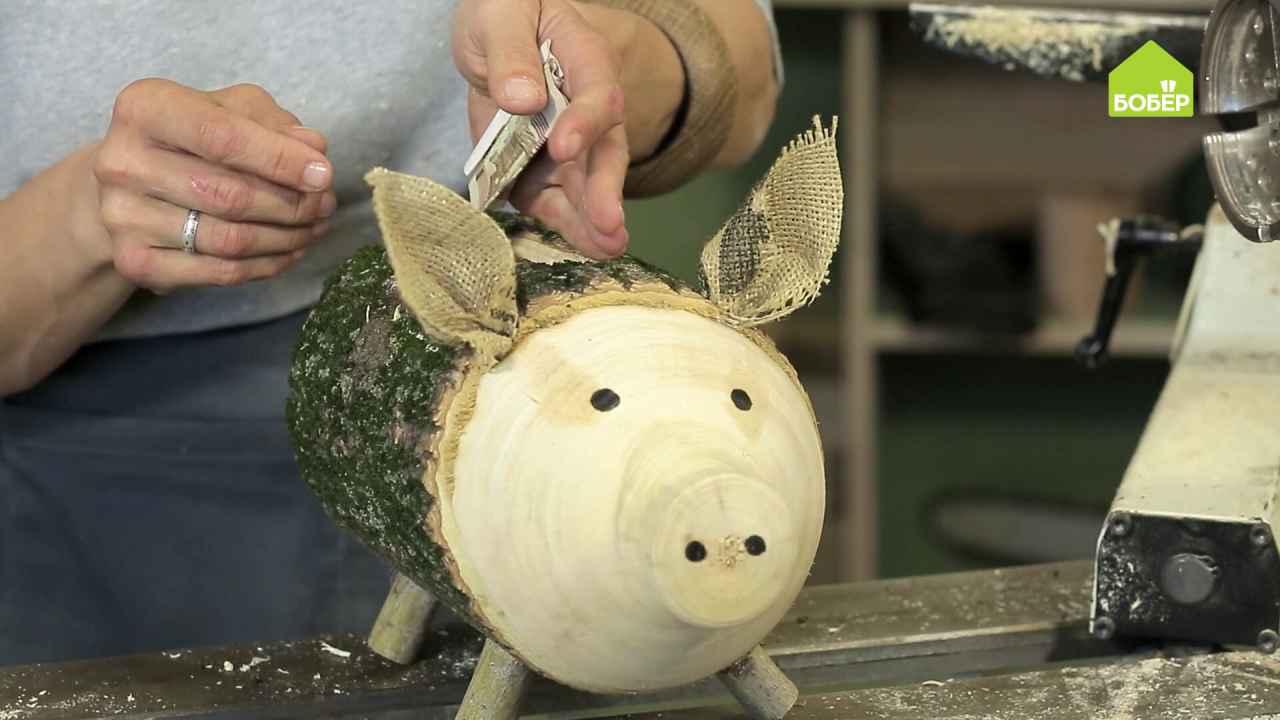 Свинья-копилка из кленового полена