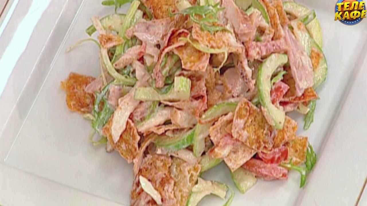 Салат из запечённой курицы с овощами и чипсами из лаваша