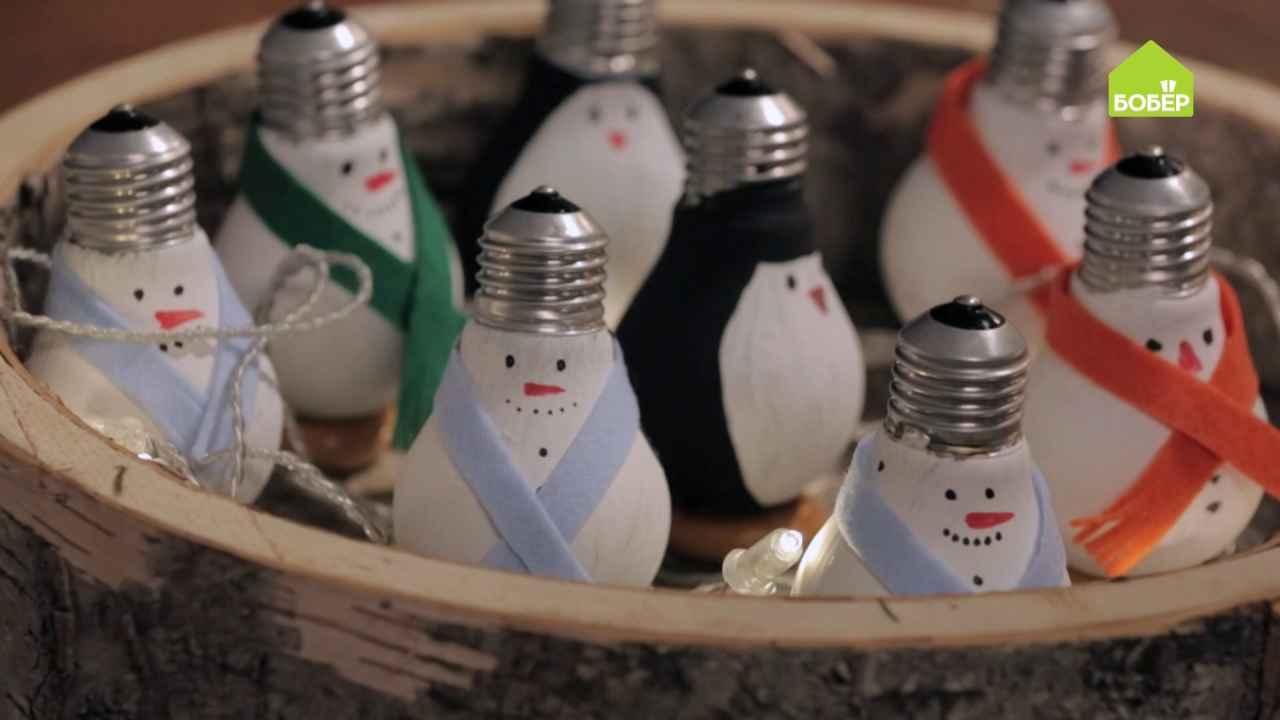 Новогодние игрушки из лампочек и цветной бумаги