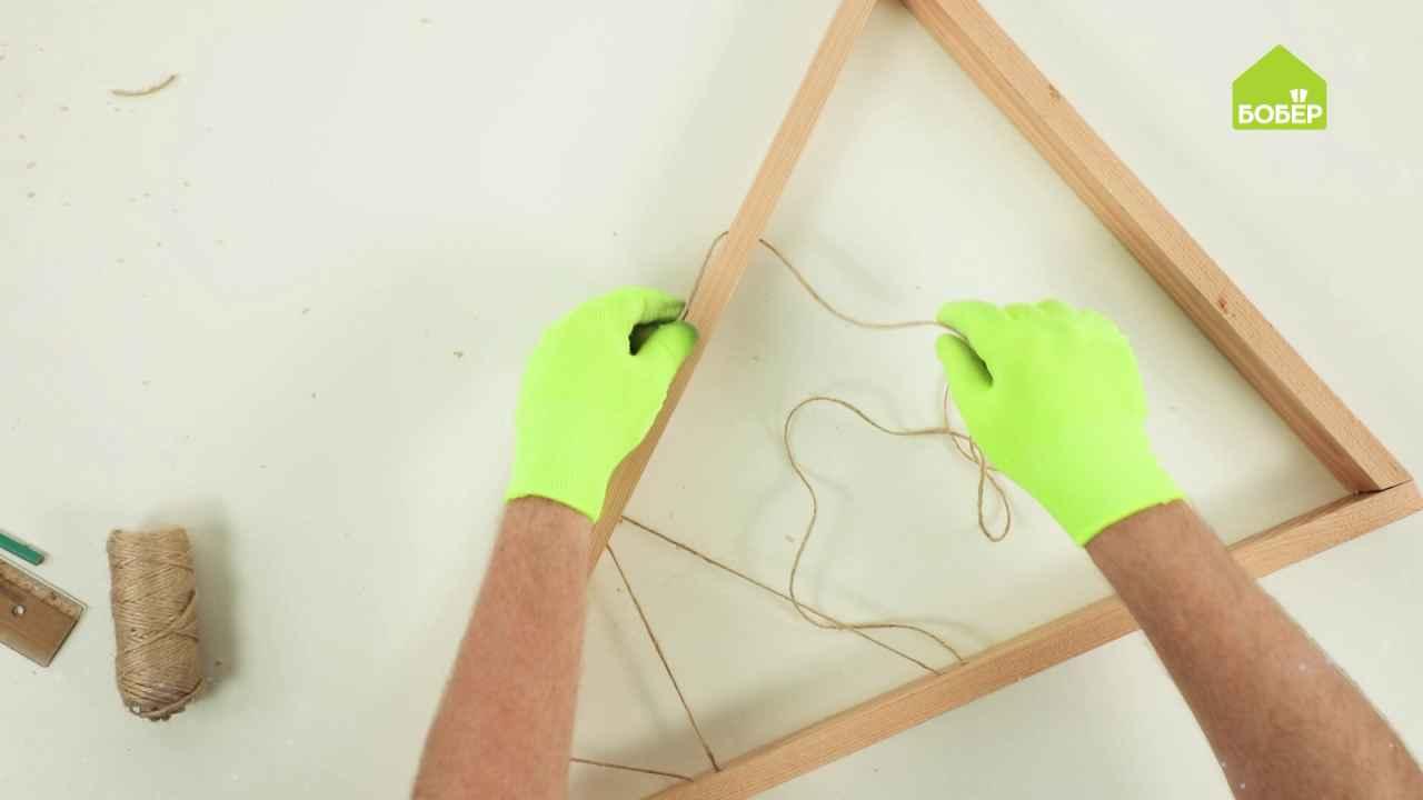 Ёлка треугольная из брусков и верёвки