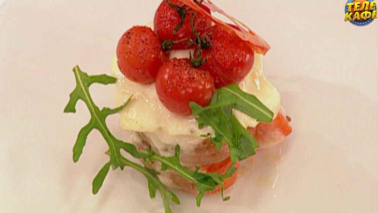 Запечённое филе форели с яйцом пашот, сыром моцарелла и помидорами черри