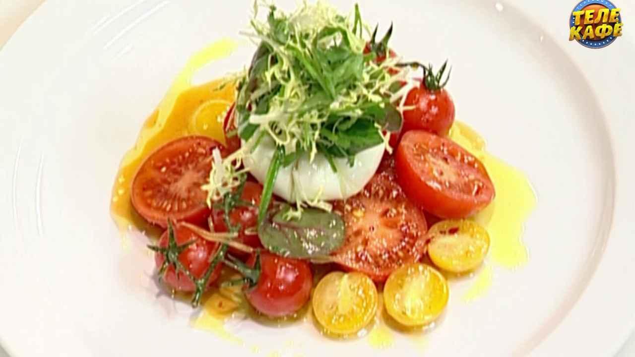 Тёплый салат из помидоров с яйцом пашот и сычуаньской заправкой