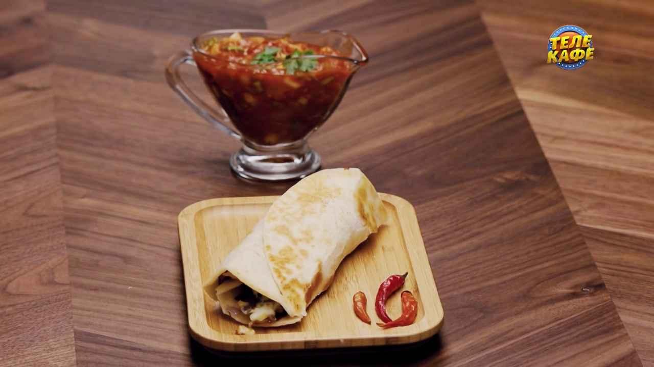 Чапати с яйцом и томатно-луковым соусом