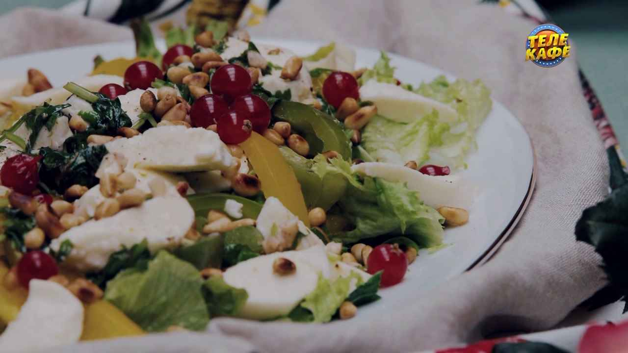 Салат с запечённым болгарским перцем, моцареллой и кедровыми орешками