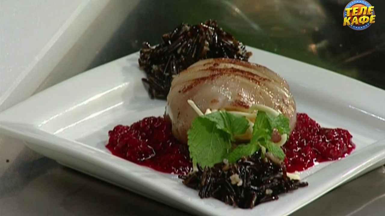 Жаренный на гриле кальмар с малиновым соусом