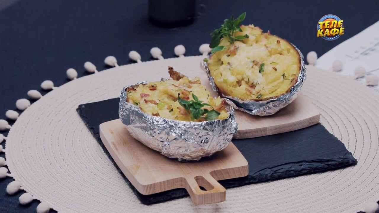 Запечённый картофель в мундире с начинкой из бекона, сыра и зелени