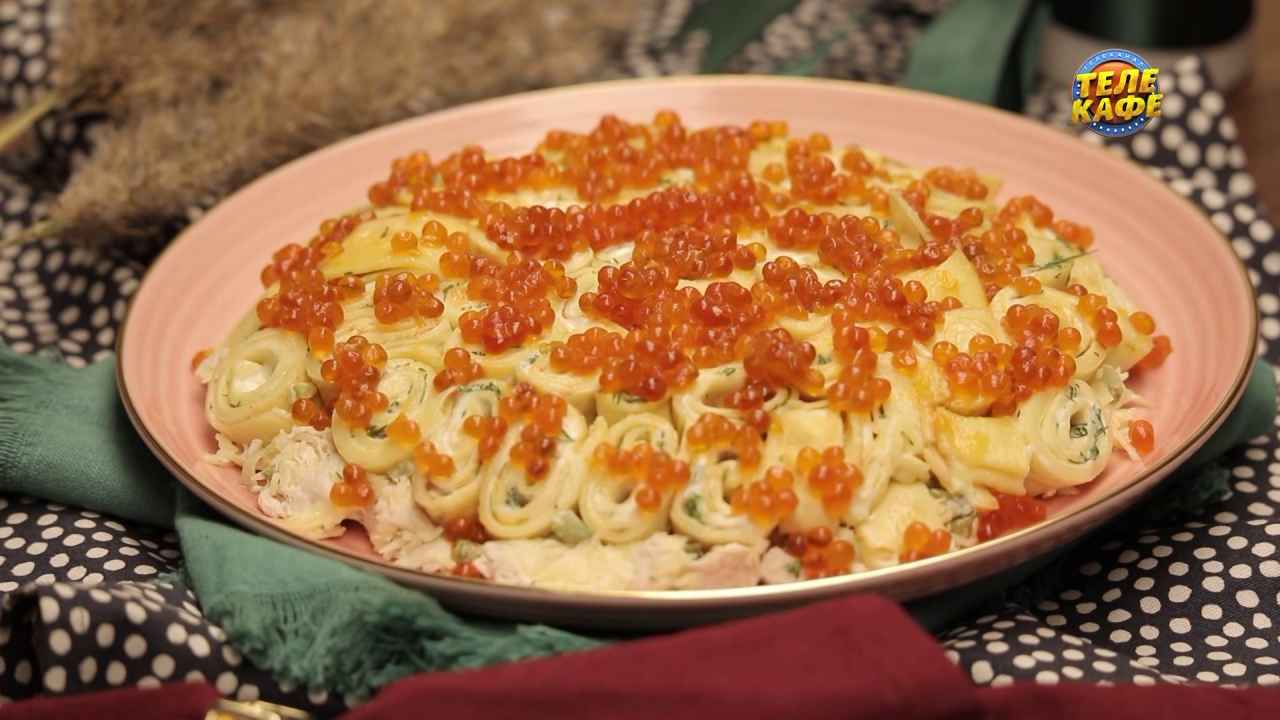 Салат с блинчиками, курицей и маринованными огурцами