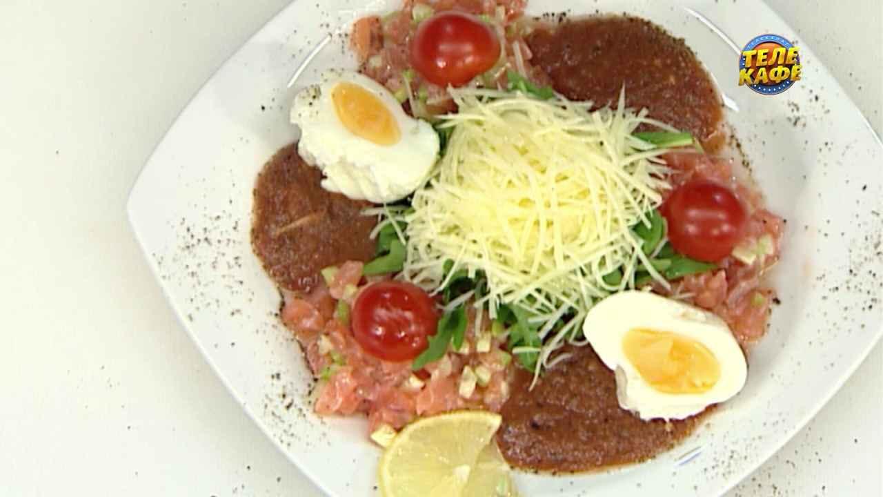 Тартар из лосося с рукколой и яйцом пашот