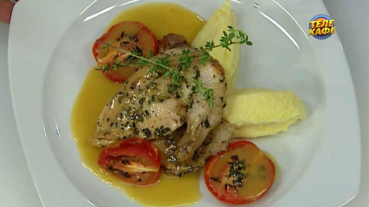 Жаренная в травах курица с соусом из сливочного масла и бульона