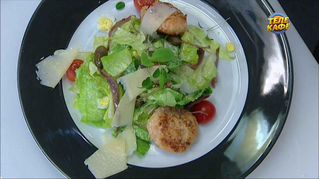Тёплый салат с крабовыми крокетами