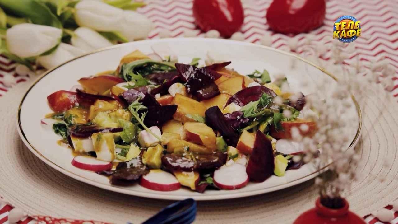 Салат с нектарином, овечьим сыром и персиковым соусом