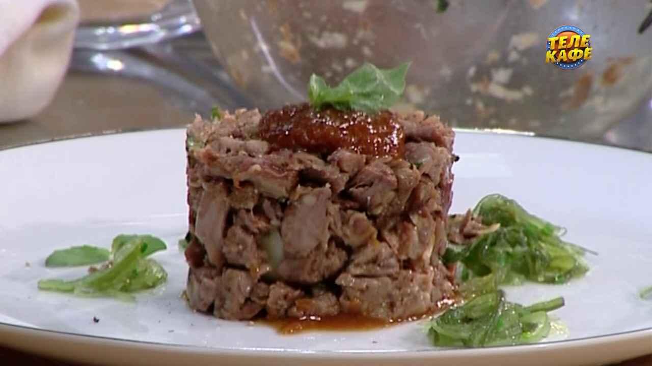 Фаршированная яйцом индейка под трюфельным соусом