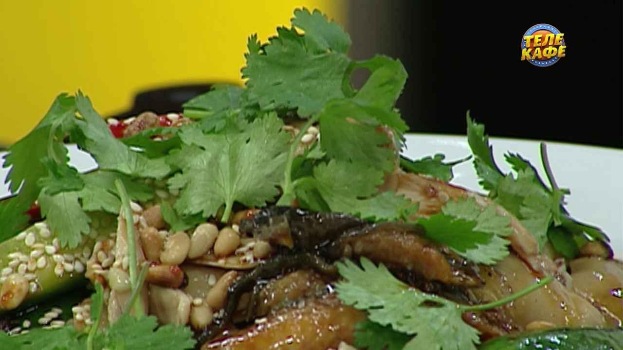 Салат с грибами, копчёным угрём и курицей