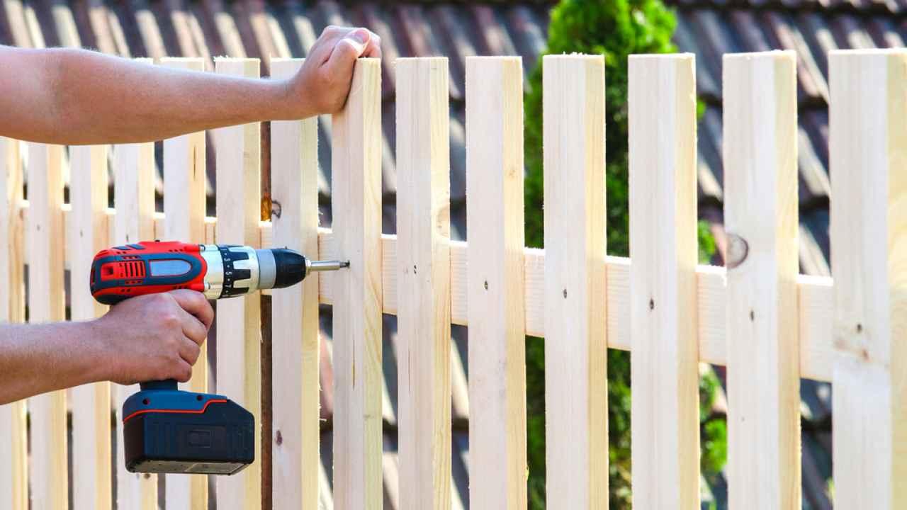 Какой забор лучше поставить на даче